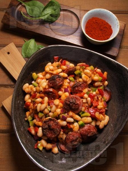 Салата от боб с печена червена чушка, наденица и пушен червен пипер - снимка на рецептата